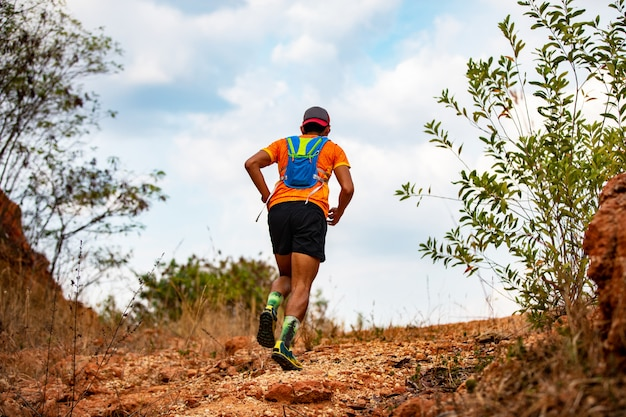 Ein mann runner of trail. und sportlerfüße mit sportschuhen für trailrunning in den bergen Premium Fotos