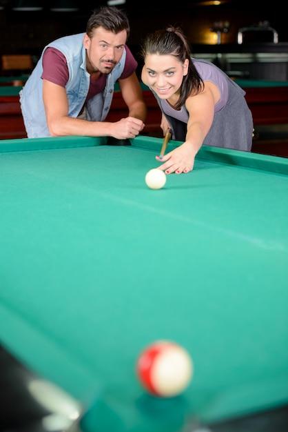 Ein mann sagt einem mädchen, wie man den ball richtig schlägt. Premium Fotos