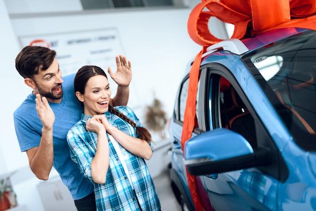 Ein mann schenkt seiner frau ein auto. Premium Fotos