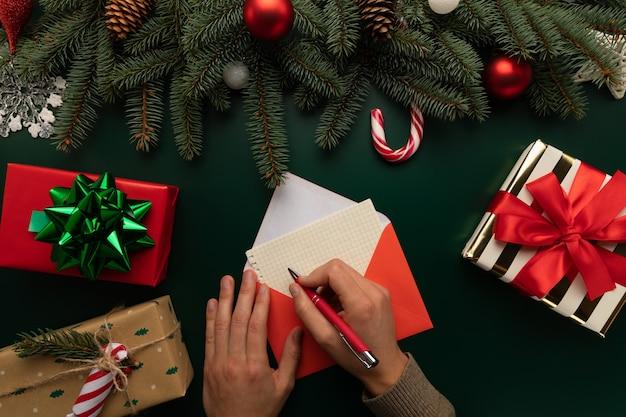 Ein mann schreibt einen brief an den weihnachtsmann Premium Fotos