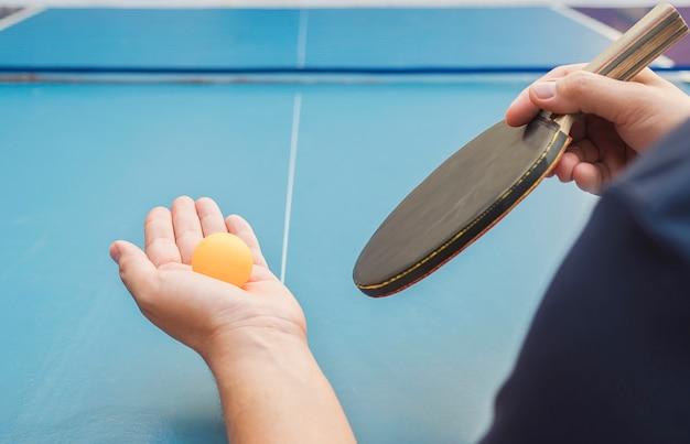 Ein mann spielen tischtennis servierfertig Kostenlose Fotos