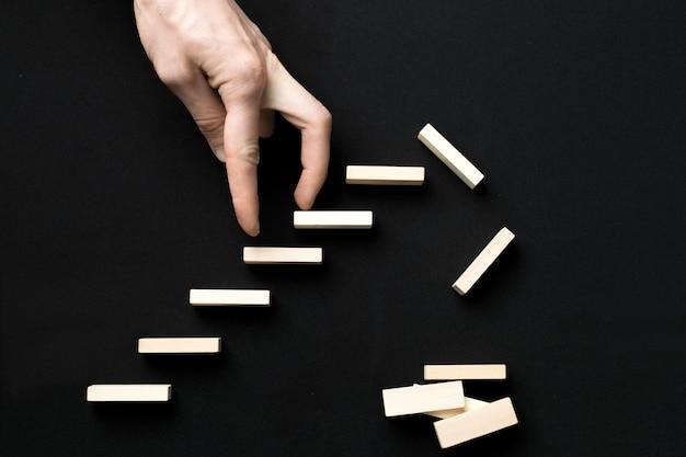 Ein mann steigt die treppe hinauf. die wirtschaftskrise, finanzielle risiken. Premium Fotos