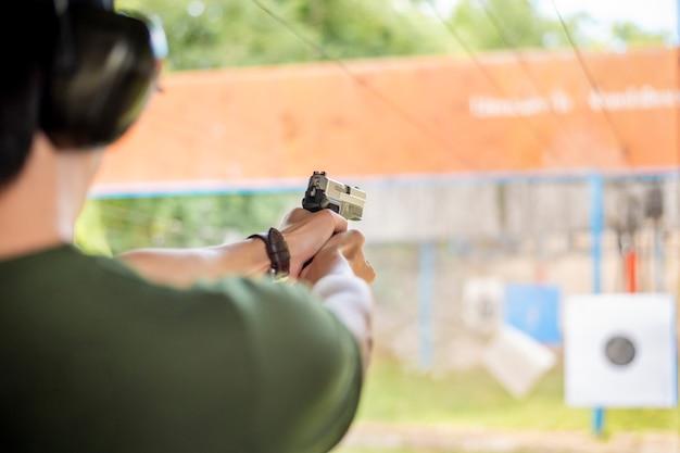 Ein mann übt schusswaffe Premium Fotos