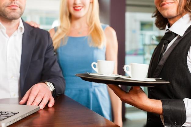 Ein mann und eine frau sitzen im café Premium Fotos