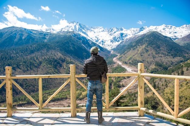 Ein mannerfolg, der im schneespitzenberg am herbst, reisendes konzept der leute wandert Premium Fotos