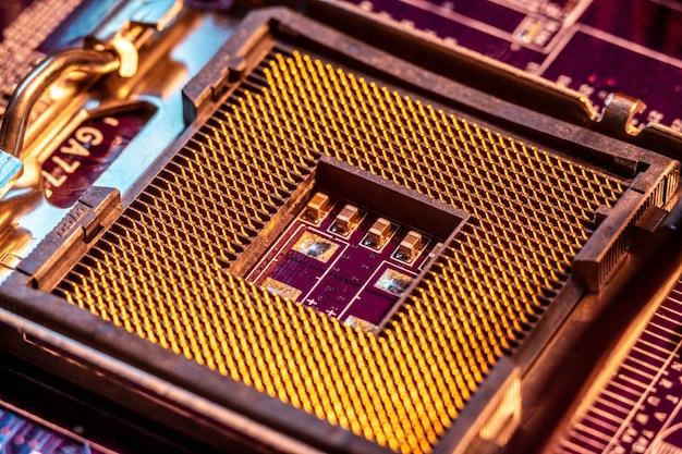Ein moderner chipsatz ohne chip im motherboard. sockel für den prozessor Premium Fotos