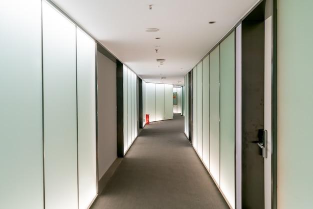 Ein modernes bürogebäude mit glastüren und fenstern Premium Fotos