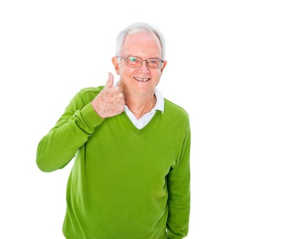 Ein netter zufälliger alter mann, der daumen aufgibt Kostenlose Fotos