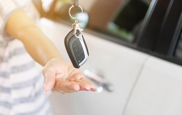 Ein neues auto kaufen geben sie die schlüssel zur hand Premium Fotos