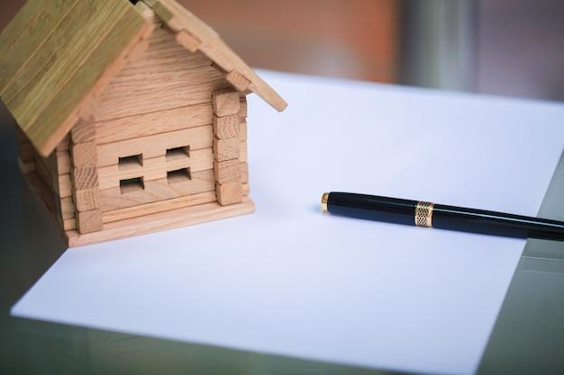 Ein neues zuhause bauen. schließen sie oben vom hausplan mit gebäudehilfsmitteln Premium Fotos