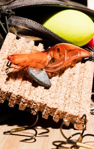 Ein orangefarbener fischköder mit schwimmer und pinnwand Kostenlose Fotos