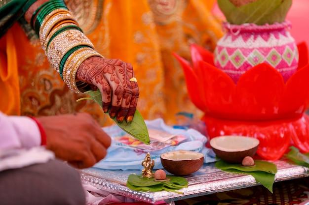 Ein paar, das zu hause nach hinduistischer tradition havan oder puja macht Premium Fotos