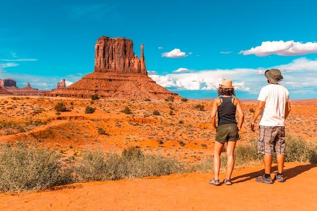 Ein paar europäer im monument valley national park im besucherzentrum. Premium Fotos