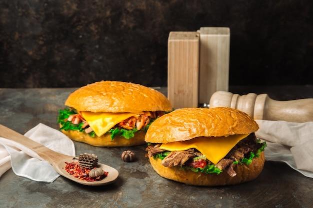 Ein paar klassische cheeseburger Kostenlose Fotos