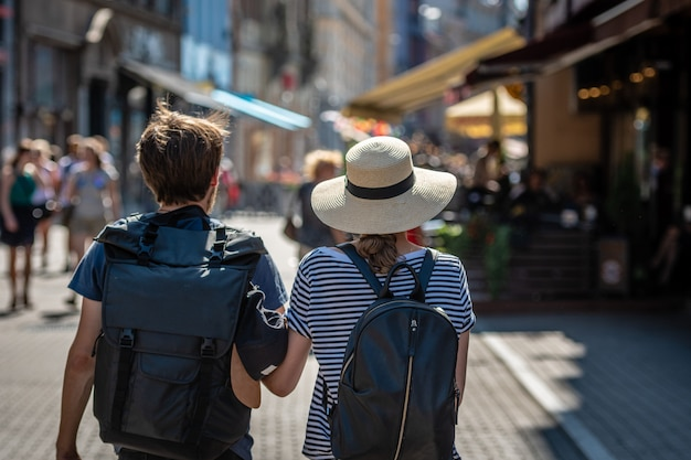 Ein paar leute mit rucksäcken auf der straße. blick von hinten. Premium Fotos
