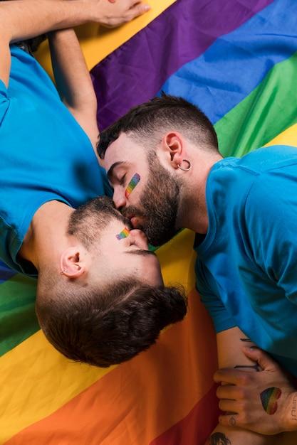 Ein paar schwule küssen sich zärtlich | Kostenlose Foto