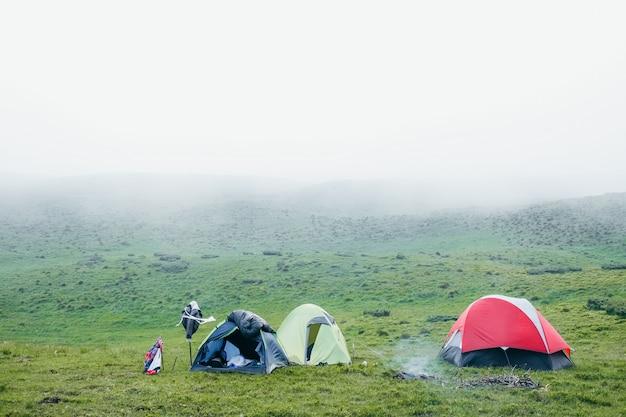 Ein paar zelte in den bergen an einem nebligen tag Premium Fotos