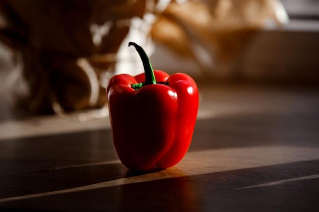 Ein pfeffer. natürlicher, biologischer roter pfeffer auf holz Premium Fotos