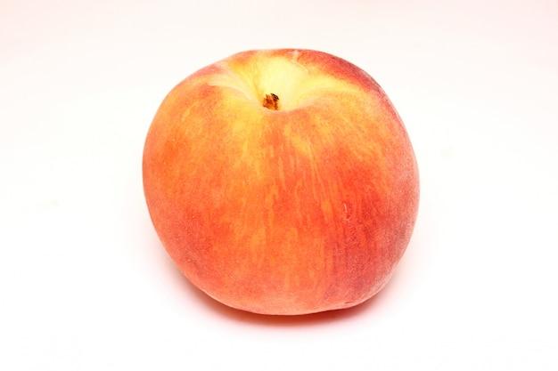 Ein pfirsich, isoliert auf weiss Premium Fotos