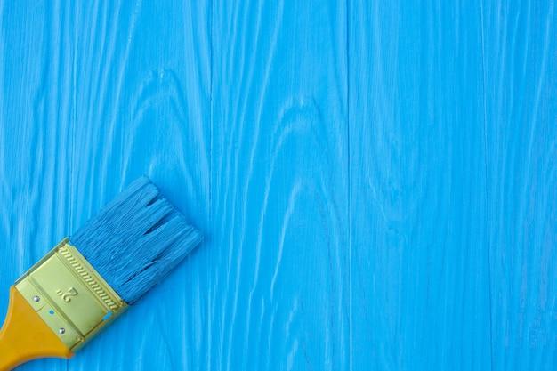 Ein pinsel auf einem blauen gemalt. Kostenlose Fotos