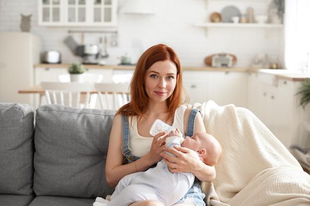 Ein porträt der schönen mutter mit ihrem baby Kostenlose Fotos