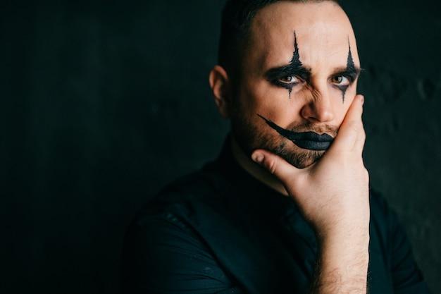 Ein porträt des gotischen schwarzen clowns Premium Fotos