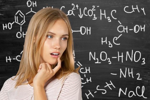 Ein porträt eines mischrassestudenten in einem klassenzimmer Premium Fotos