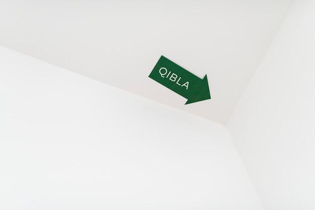 Ein qibla-pfeilzeichen für eine muslimische gebetsrichtung Premium Fotos
