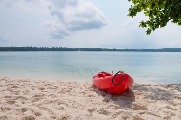 Ein roter kajak am strand mit tropischem meer Premium Fotos
