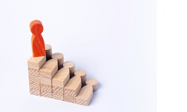 Ein roter mann steht an der spitze einer sozialen oder karriereleiter Premium Fotos