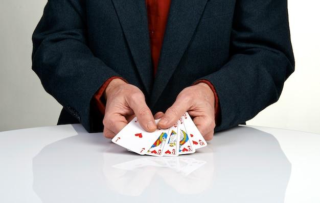 Ein royal straight flush pokerhand in herzen Premium Fotos