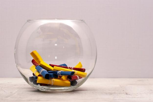 Ein rundes glas mit farbigen noten von bastelpapier. Premium Fotos