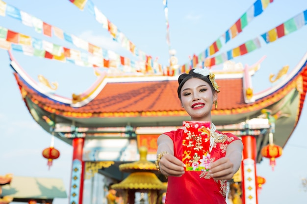 Ein schönes asiatisches mädchen, das ein rotes kleid trägt Kostenlose Fotos