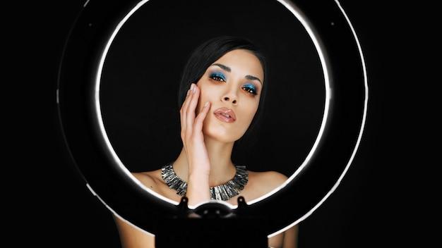 Ein schönes junges kaukasisches mädchen mit einem schönen make-up Premium Fotos