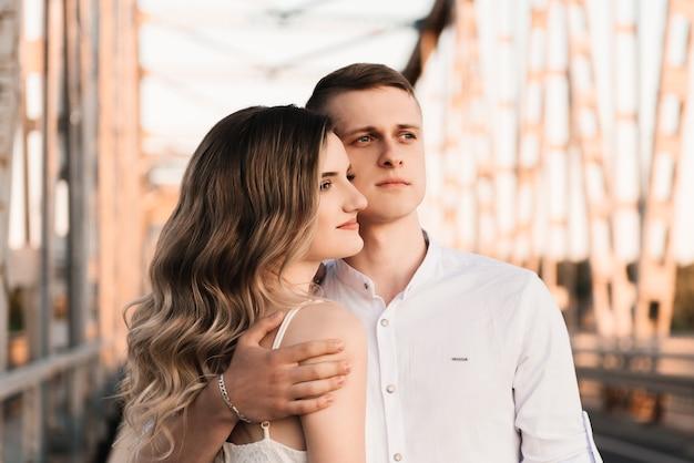 Ein schönes junges verliebtes paar, ein mann und eine frau