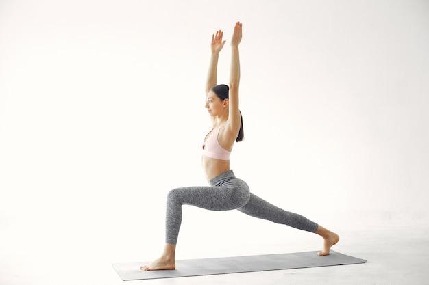 Ein schönes mädchen nimmt an einem yogastudio teil Kostenlose Fotos