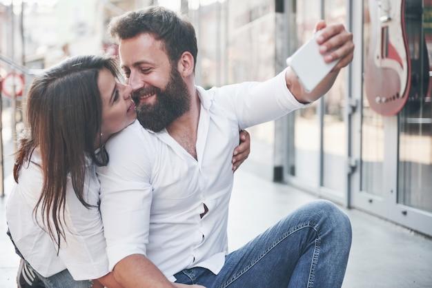 Ein schönes paar macht ein foto im freien. Kostenlose Fotos