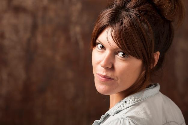 Ein schönes redheadmädchen auf ocker fonde Premium Fotos