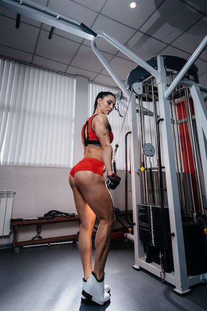 Sexy Brünette Trainiert Im Fitnessstudio