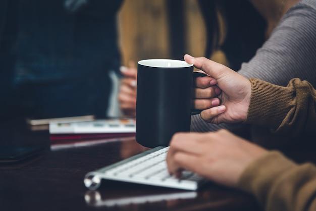 Ein schreibtisch in einem büro mit einem laptop schreibt sie einen blog Premium Fotos