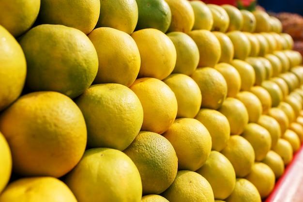 Ein stapel gelbe reife und süße linien auf dem ganzen bildschirm auf dem markt. Premium Fotos