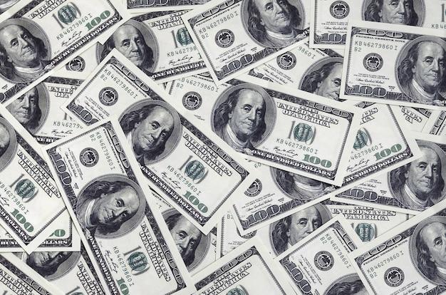 Ein stapel von einhundert us-banknoten mit präsidentenportraits Premium Fotos