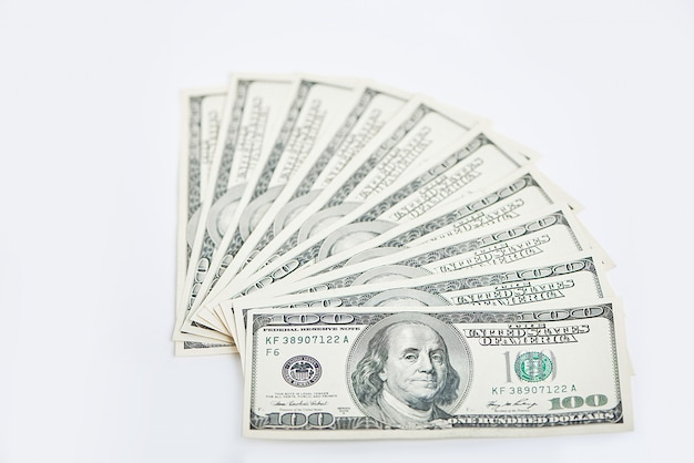Ein stapel von tausend dollar in hundert dollarbanknoten lokalisiert auf einem weißen hintergrund. Premium Fotos