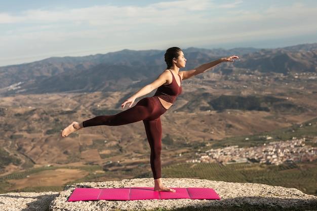 Ein stehendes bein als yogahaltung Kostenlose Fotos