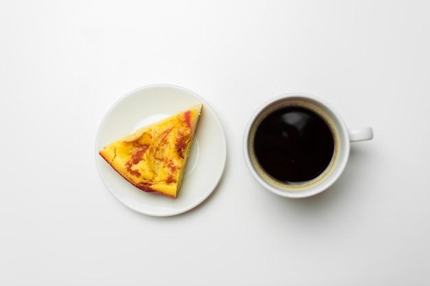 Ein stück apfelkuchen auf einem weiß Premium Fotos