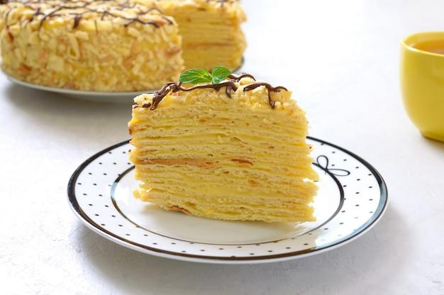 Ein stück köstliches festliches schichtdessert mit blätterteig und pudding Premium Fotos