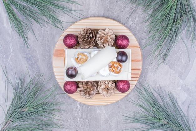 Ein stück kokosnusskuchen auf einem holzbrett im weihnachtskonzept Kostenlose Fotos