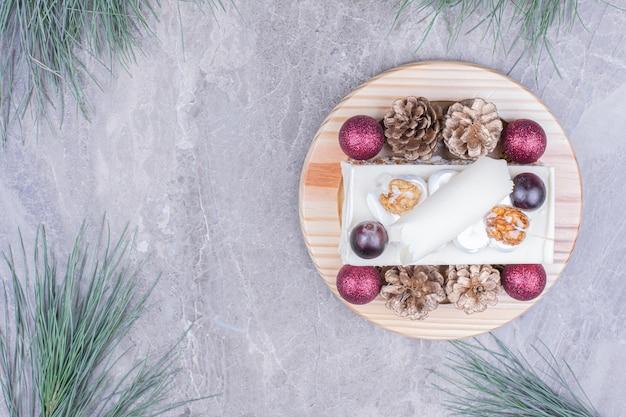 Ein stück kokosnusskuchen mit weihnachtsdekoration Kostenlose Fotos