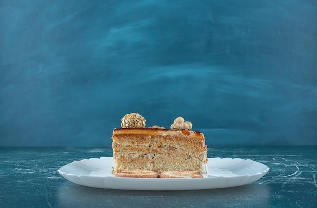 Ein stück leckeren kuchens auf einem weißen teller. hochwertiges foto Kostenlose Fotos