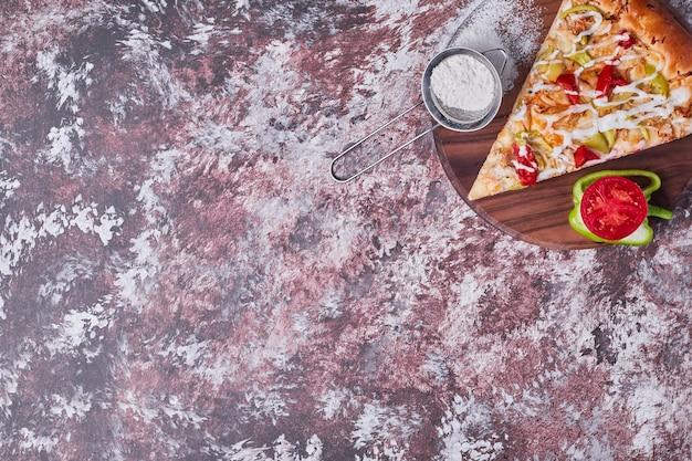 Ein stück pizza mit gemüse serviert Kostenlose Fotos